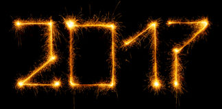 Guten Rutsch ins Neue Jahr - 2017 mit Wunderkerzen auf Schwarzem Stockfoto