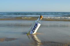 Guten Rutsch ins Neue Jahr 2019, Mitteilung in einer Flasche lizenzfreie stockfotografie