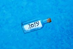 Guten Rutsch ins Neue Jahr 2019, Mitteilung in einer Flasche lizenzfreies stockbild