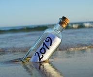 Guten Rutsch ins Neue Jahr 2019, Mitteilung in einer Flasche stockbild