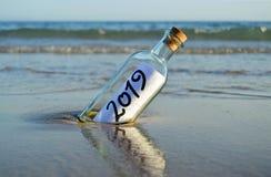 Guten Rutsch ins Neue Jahr 2019, Mitteilung in einer Flasche lizenzfreie stockbilder