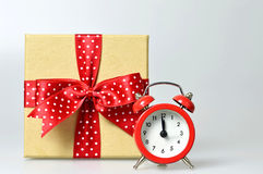 Guten Rutsch ins Neue Jahr: Mitternachtsuhr und Geschenkbox Stockbilder