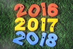 Guten Rutsch ins Neue Jahr, Naturkonzept und bunte Zahlidee Stockbild