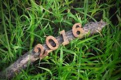 Guten Rutsch ins Neue Jahr 2016, Naturkonzept und Holz nummeriert Idee Stockfotos