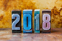 2018-guten Rutsch ins Neue Jahr-Postkarte Bunte Briefbeschwererstellen-Symbolwinterurlaube Kreatives Retrostildesignweihnachten Lizenzfreies Stockbild