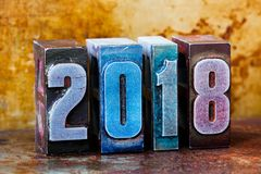 2018-guten Rutsch ins Neue Jahr-Postkarte Bunte Briefbeschwererstellen-Symbolwinterurlaube Kreatives Retrostildesignweihnachten Lizenzfreies Stockfoto