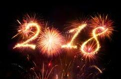 Guten Rutsch ins Neue Jahr - rote Feuerwerke stockfotos