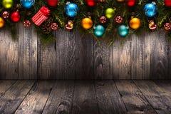 2017-guten Rutsch ins Neue Jahr-Saisonhintergrund mit wirklicher hölzerner grüner Kiefer, buntem Weihnachtsflitter, Geschenk boxe Stockbild