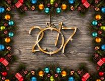 2017-guten Rutsch ins Neue Jahr-Saisonhintergrund mit wirklicher hölzerner grüner Kiefer, buntem Weihnachtsflitter, Geschenk boxe Stockbilder