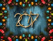 2017-guten Rutsch ins Neue Jahr-Saisonhintergrund mit wirklicher hölzerner grüner Kiefer, buntem Weihnachtsflitter, Geschenk boxe Lizenzfreie Stockfotos