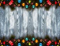 2017-guten Rutsch ins Neue Jahr-Saisonhintergrund mit wirklicher hölzerner grüner Kiefer, buntem Weihnachtsflitter, Geschenk boxe Lizenzfreie Stockfotografie