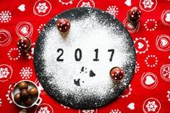 2017-guten Rutsch ins Neue Jahr-Tabelle mit Zucker und Schokolade Lizenzfreie Stockfotografie
