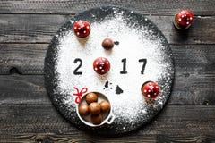 2017-guten Rutsch ins Neue Jahr-Tabelle mit Zucker und Schokolade Lizenzfreie Stockfotos