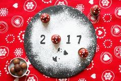 2017-guten Rutsch ins Neue Jahr-Tabelle mit Zucker und Schokolade Stockfotografie