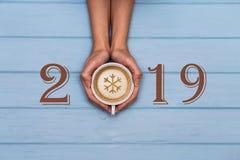 2019-guten Rutsch ins Neue Jahr-Text auf blauem hölzernem Hintergrund, Fahne mit Kopienraum für Text stockfotos