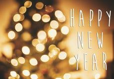 Guten Rutsch ins Neue Jahr-Text auf goldenen Lichtern des Weihnachtsbaums in festlichem r stockbild