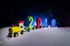 2018 guten Rutsch ins Neue Jahr, tragende Zahlen des hölzernen Spielzeugzugs von 2018-jährigem auf Schnee Spielzeugzug mit 2018 K Lizenzfreie Stockfotos