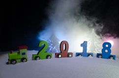 2018 guten Rutsch ins Neue Jahr, tragende Zahlen des hölzernen Spielzeugzugs von 2018-jährigem auf Schnee Spielzeugzug mit 2018 K Stockfoto