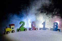 2018 guten Rutsch ins Neue Jahr, tragende Zahlen des hölzernen Spielzeugzugs von 2018-jährigem auf Schnee Spielzeugzug mit 2018 K Lizenzfreies Stockfoto