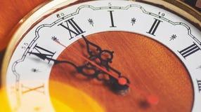 Guten Rutsch ins Neue Jahr um Mitternacht 2018, alte hölzerne Uhr mit Lichterkette Lizenzfreie Stockfotografie