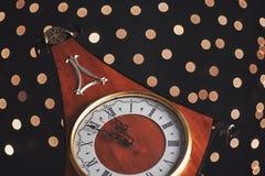 Guten Rutsch ins Neue Jahr um Mitternacht 2018, alte hölzerne Uhr mit Lichterkette Lizenzfreies Stockfoto