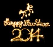 Guten Rutsch ins Neue Jahr - 2014 und Pferd machten eine Wunderkerze auf Schwarzem Stockfotografie