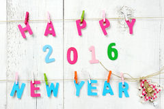 Guten Rutsch ins Neue Jahr 2016 und Weihnachtsbaum auf hölzernem Hintergrund Stockbild