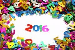 Guten Rutsch ins Neue Jahr 2016 vom bunten Funkeln der Scheine nummeriert auf weißem Hintergrund und um andere Zahlen Lizenzfreie Stockfotos