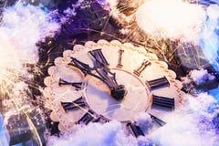 Guten Rutsch ins Neue Jahr-Vorabendfeier mit alter Uhr und Feuerwerken Stockfoto