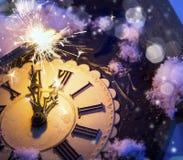 Guten Rutsch ins Neue Jahr-Vorabendfeier mit alter Uhr und Feuerwerken Stockbilder
