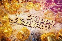 Guten Rutsch ins Neue Jahr-Wörter Sankt Klaus, Himmel, Frost, Beutel Weiße Schneeflocken auf einem blauen Hintergrund Stockfoto