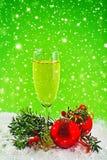 Guten Rutsch ins Neue Jahr. Weißwein- und Weihnachtsbälle Stockbild