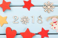 2018 guten Rutsch ins Neue Jahr Weihnachtsdekorationen rot, gelbe Sterne, Engel, Schneeflocke und Herz auf hellblauem hölzernem H Stockfotografie