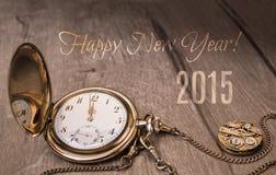 Guten Rutsch ins Neue Jahr 2015! Weinleseuhr, die fünf bis zwölf zeigt Lizenzfreie Stockfotografie