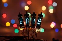 Guten Rutsch ins Neue Jahr wird mit einem Lampenlicht geschrieben Elektronische Radiolampen 2018 Ursprünglicher entworfener Glück Stockfotos