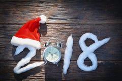 2018-guten Rutsch ins Neue Jahr-Zahlen mit Baumwoll- und Santa Claus-Rothut Lizenzfreie Stockfotografie
