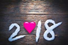 2018-guten Rutsch ins Neue Jahr-Zahlen mit Baumwolle und rosa Herzen auf hölzernem Lizenzfreies Stockbild