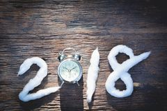 2018-guten Rutsch ins Neue Jahr-Zahlen mit Baumwolle und Wecker Stockfoto
