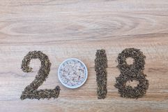 2018-guten Rutsch ins Neue Jahr-Zahlen mit Reis auf hölzernem Lizenzfreie Stockbilder