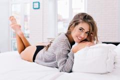 Gutenmorgen, Aufwachen der attraktiven jungen Frau in gestrickter Strickjacke und schwarzer Bikini Schönes Mädchen mit langem Bru lizenzfreie stockfotos