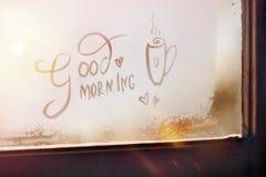 Gutenmorgen - die Aufschrift auf dem eisigen Fenster positiv sonnenschein lizenzfreies stockfoto