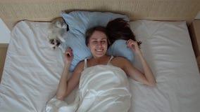 Gutenmorgen mit einem Haustier stock video