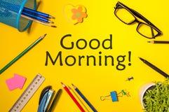 Gutenmorgen oder haben ein glückliches Tagesmitteilungskonzept im gelben Arbeitsplatz zu Hause oder im Büro Lizenzfreies Stockfoto