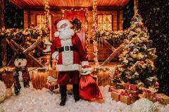 Guter alter Weihnachtsmann stockbild