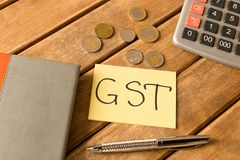 Guter Service und Steuer Notizblock, Stift, Münzen, Taschenrechner auf woode lizenzfreie stockfotos