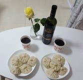 Guter Wein diente mit Mehlklößen stockfoto