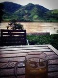 Gutes Bier, gute Ansicht - der Mekong Stockbilder