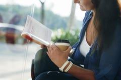 Gutes Buch und Kaffee stockbilder