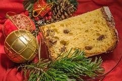Gutes Stück des selbst gemachten Panettone auf Feiertagshintergrund Abbildung kann als Hintergrund benutzt werden Stockbilder