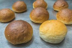 Gutes und schlechtes selbst gemachtes Brot Lizenzfreie Stockfotografie